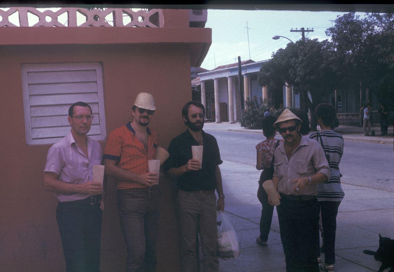 Советские спецы и пиво в басах. По всей видимости, в центре Моа. 1987