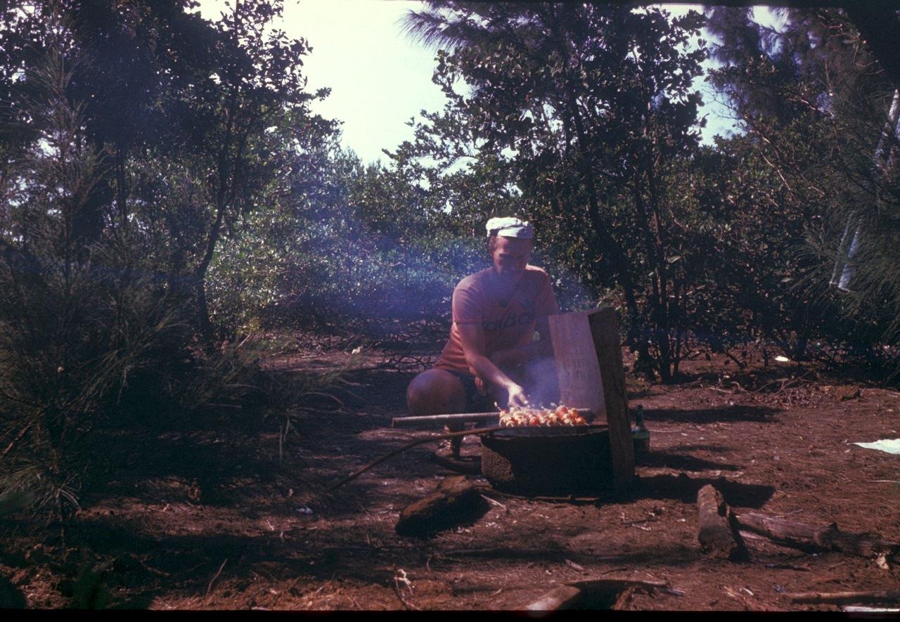 Андреев Николай готовит шашлыки в зарослях на берегу океана. 1987