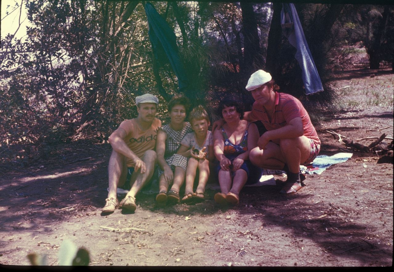 Шашлыки на берегу океана - трое слева - Андреевы, справа - ???. 1987