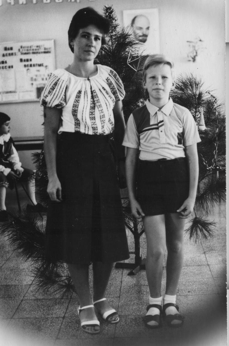 Андреев Саша с мамой Андреевой Галиной в классном кабинете 4«Б». Новый Год 1988.