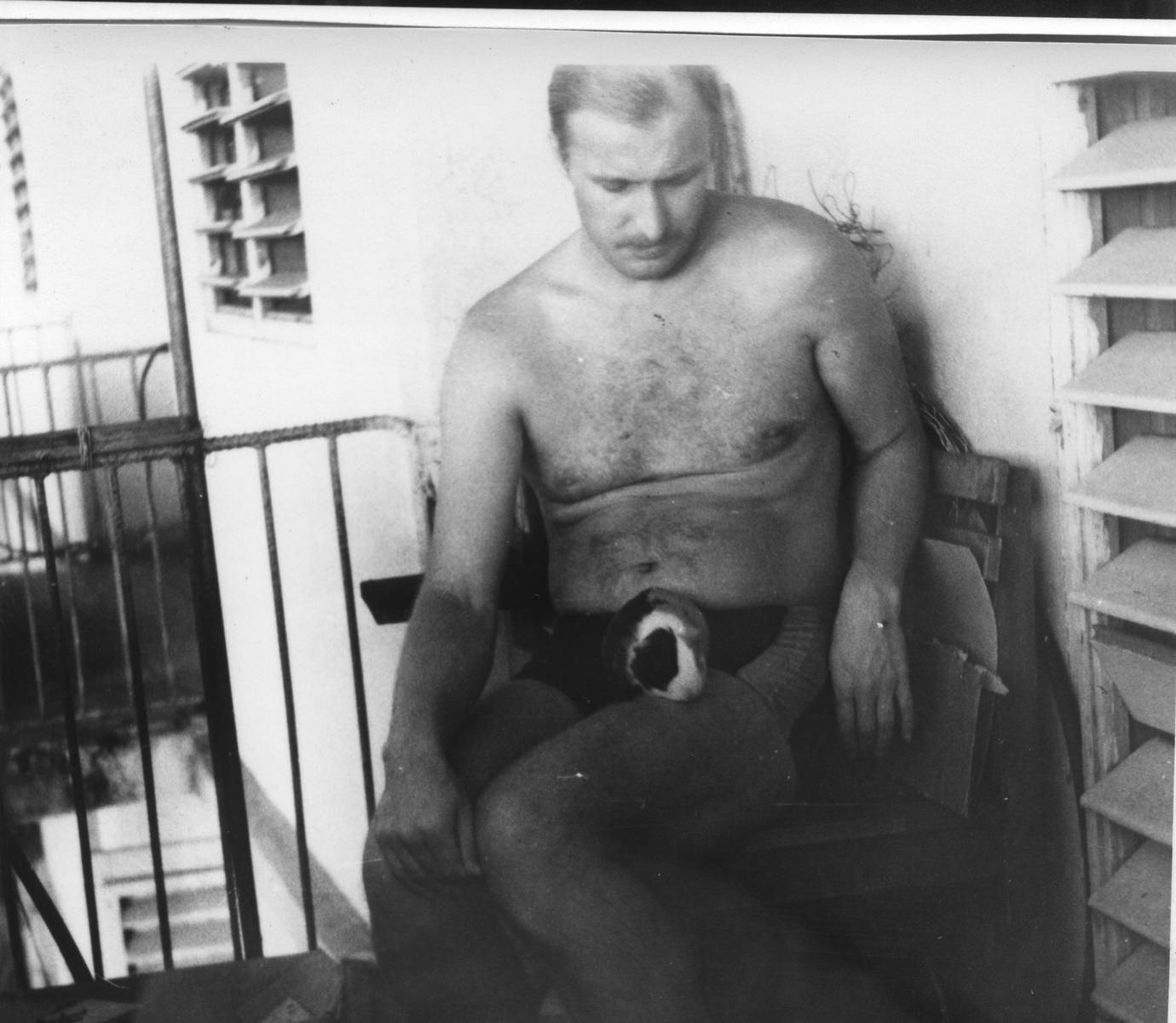 Николай Андреев с морской свинкой у себя на балконе. 1987