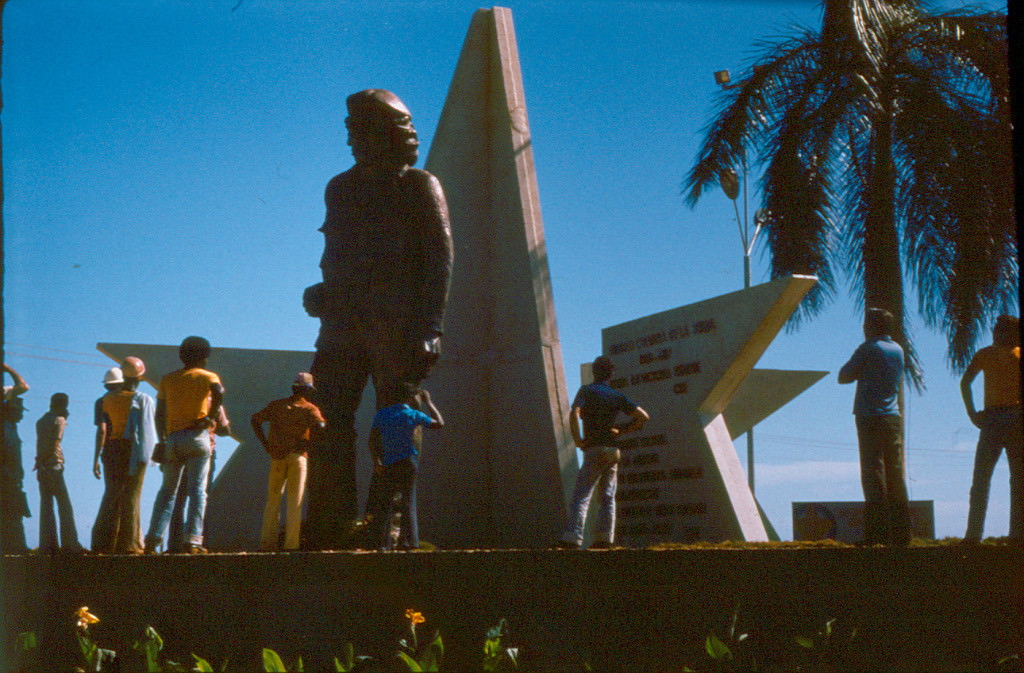 1983. Памятник Че у комбината.