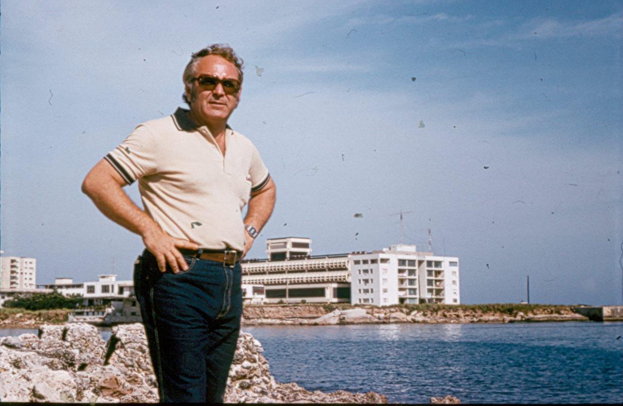 1984. Бородавка Валерий Иванович на фоне здания ГКЭС в Гаване