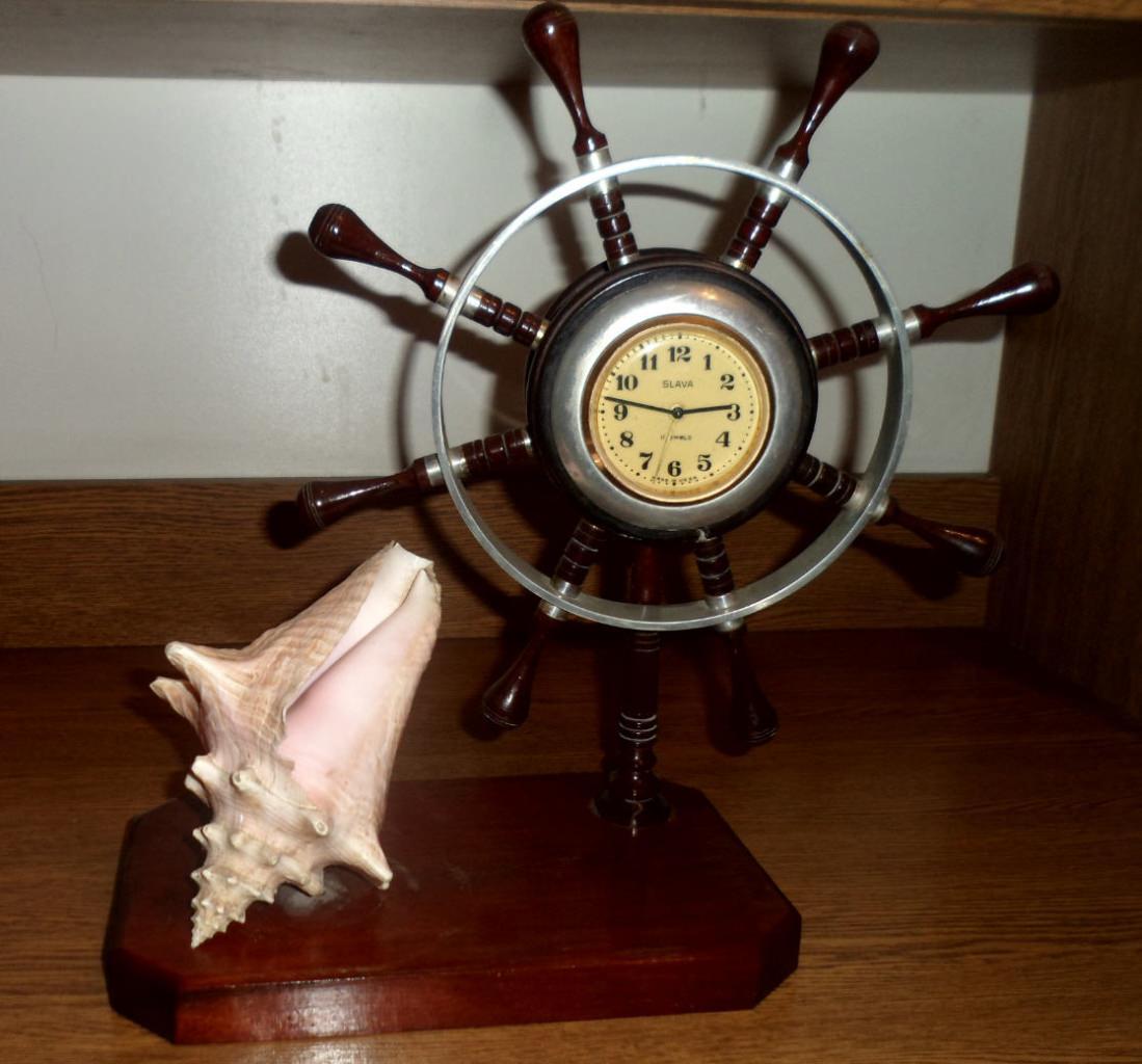 Часы и ракушка на подставке