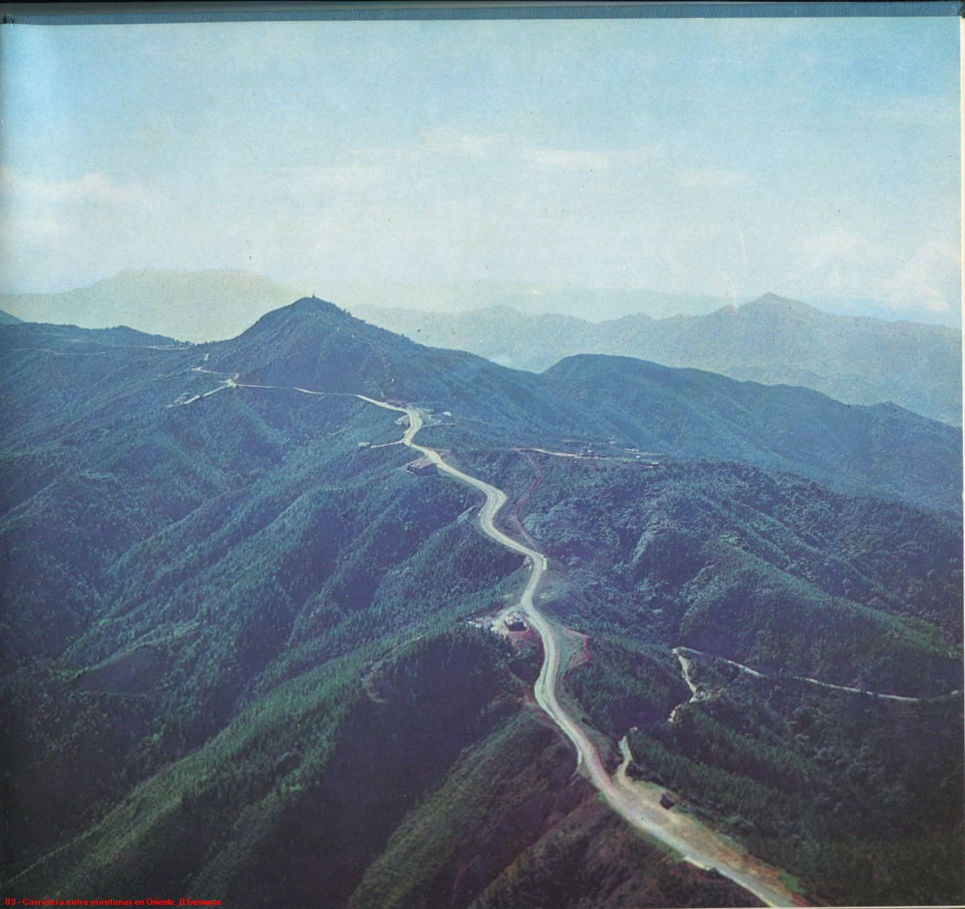 083. Carretera entre montanas en Oriente