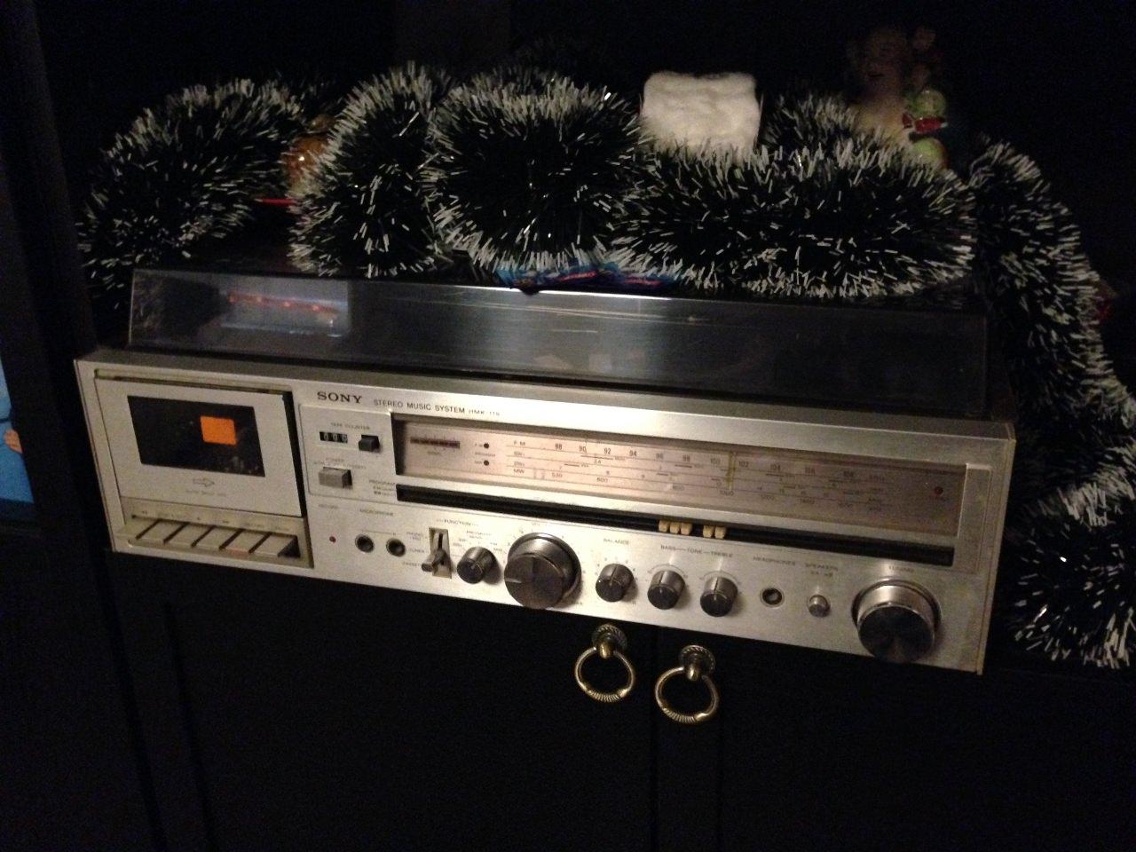 Магнитофон Sony, комбайн. Куплен в 1982 году, в Сантьяго-де-Куба. Работает до сих пор - пластинки и радио.
