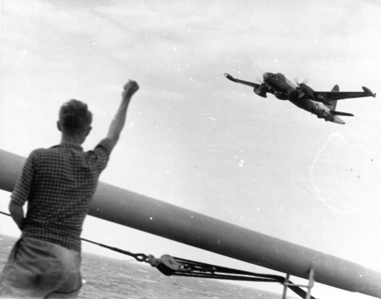 Август-сентябрь. Американский самолет-разведчик «Нептун» пролетает над нашей палубой.
