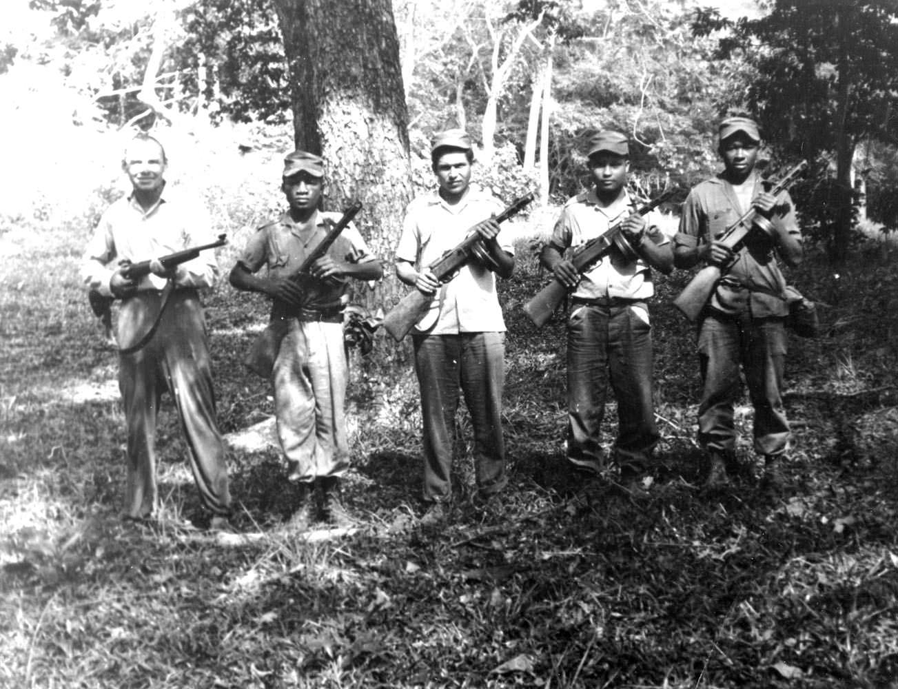 Кубинцы с автоматами ППШ и другой советский солдат - крайний слева.