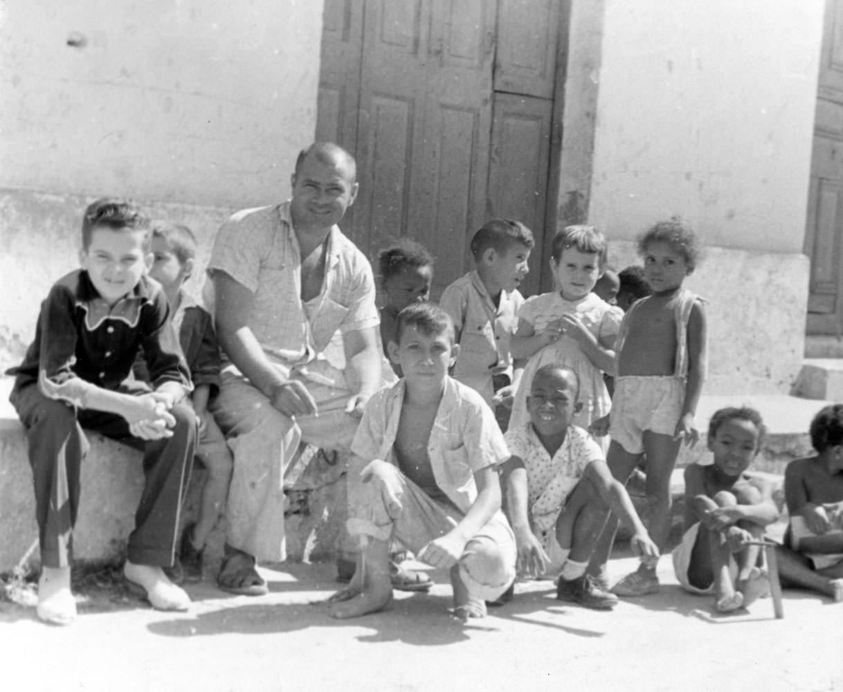 Советский офицер среди кубинских детей.