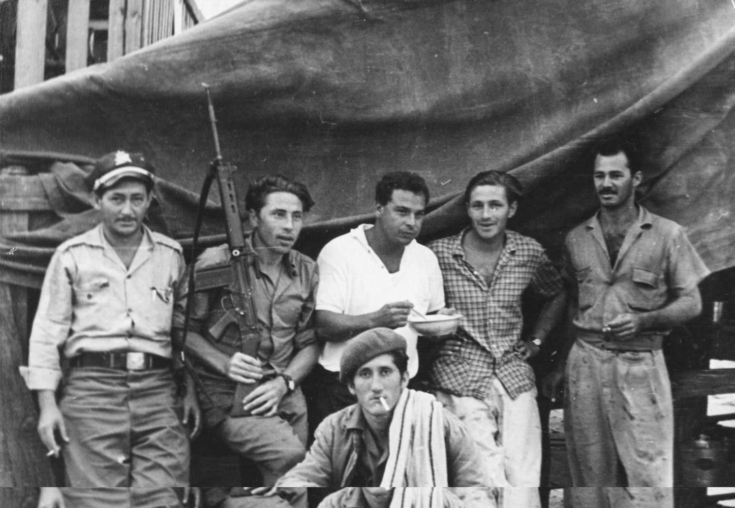 Советские офицеры среди кубинцев.