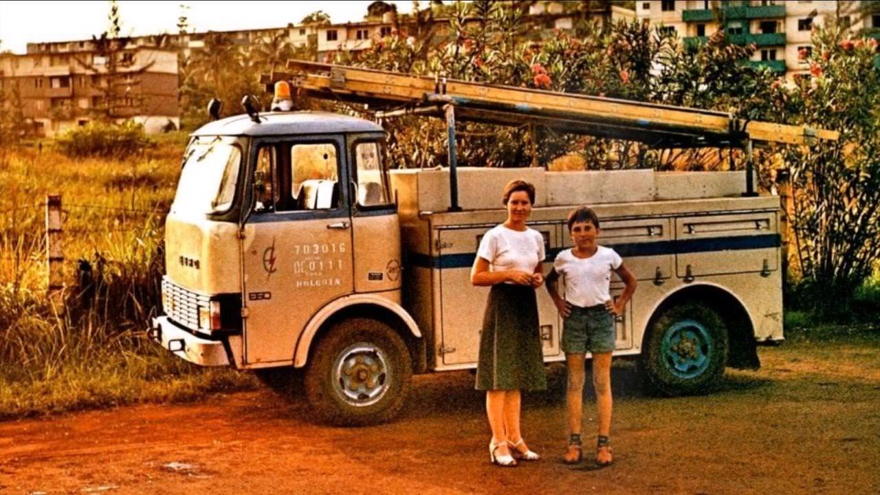 1977-1981. Фото 08. На фоне машины по ремонту и осблуживанию трансформаторов и электрических сетей.