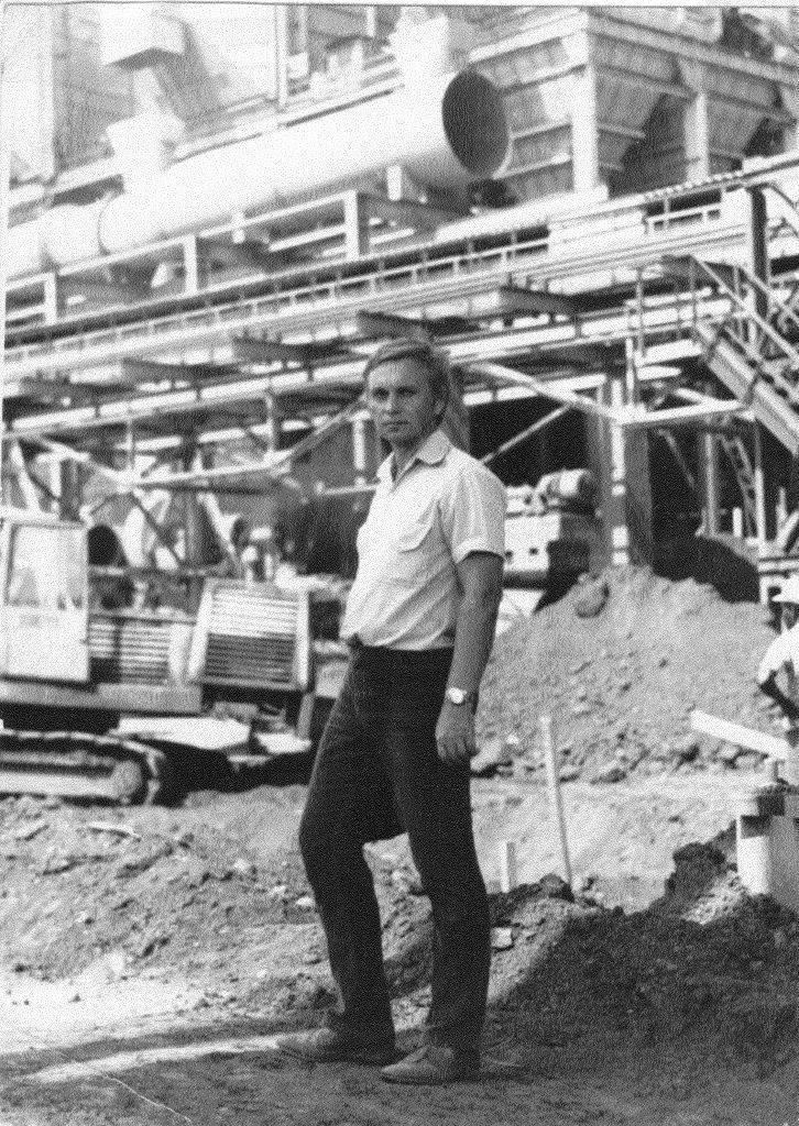 1990. Чалов Михаил Александрович на строительстве никелевого завода Лас-Камариокас