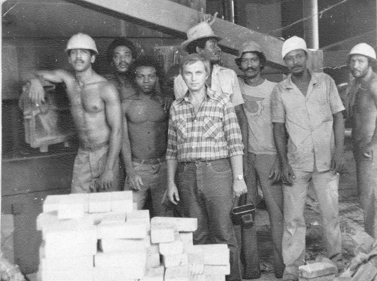 1990. Чалов Михаил Александрович и кубинские рабочие на строительстве никелевого завода Лас-Камариокас
