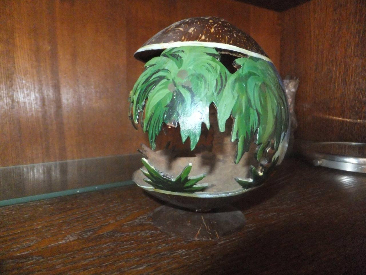 Чаша из кокосового ореха на подставке, с другой стороны