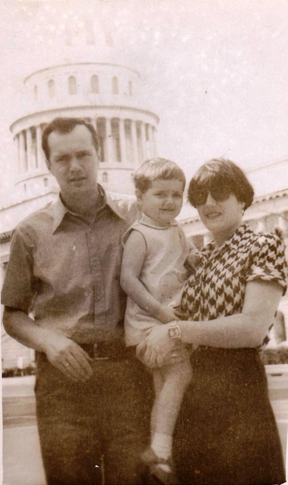 1978-1980. Фото 01. «Первый день в Гаване. Я, Лена и Женечка на фоне Капитолия».