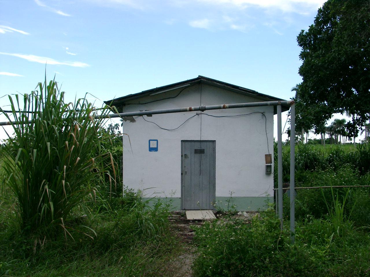 Домик, где сидели прапорщики (по правую руку по пути в туалет), сохранился до сих пор