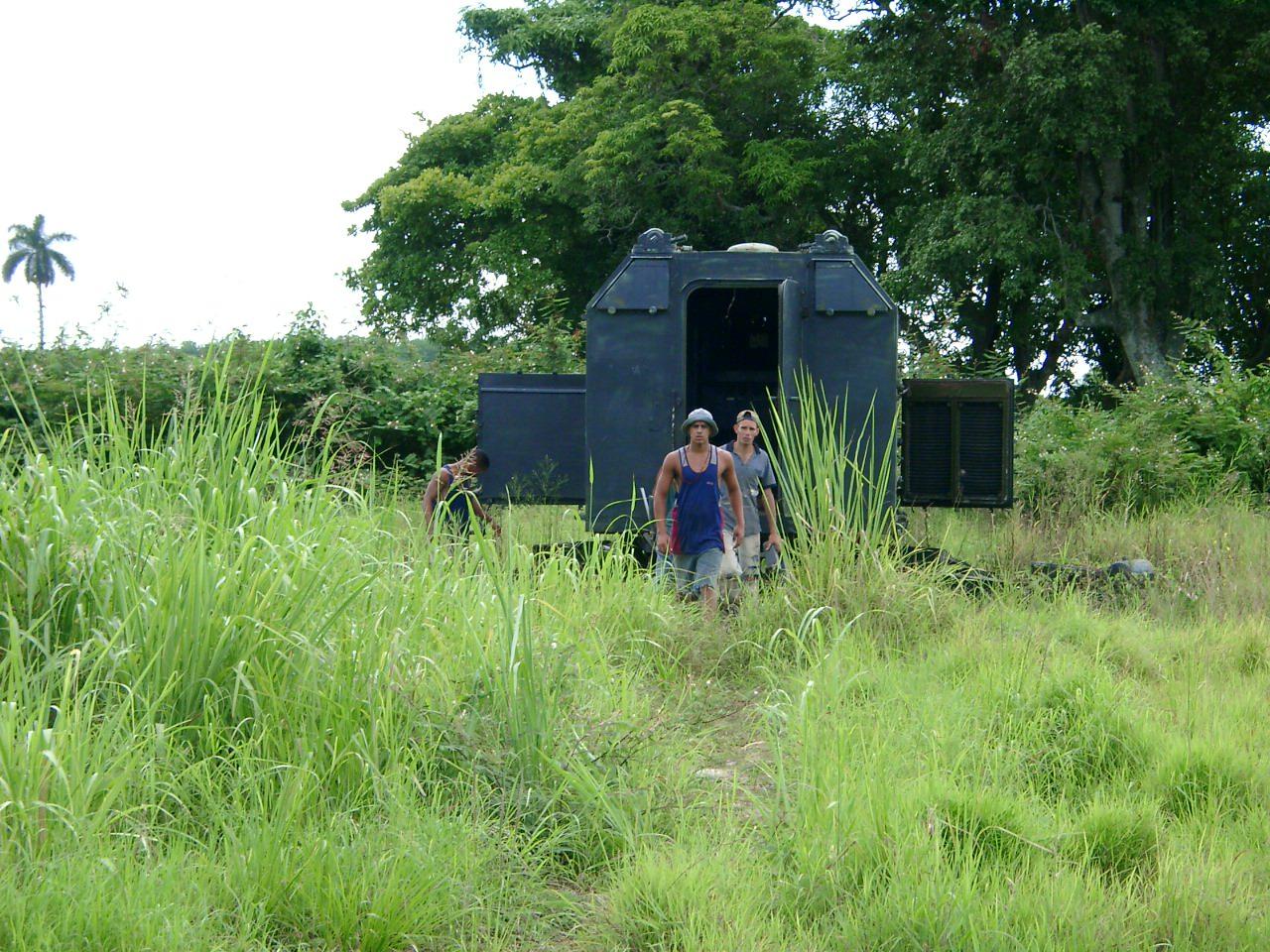 Кубинцы возле кунга из первого отдела