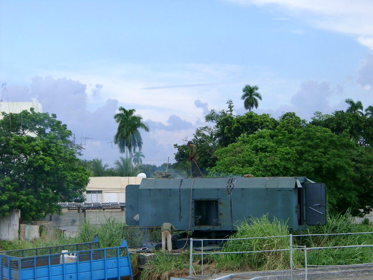 Кунг на территории первого отдела, за ним видно здание клуба 20 батальона