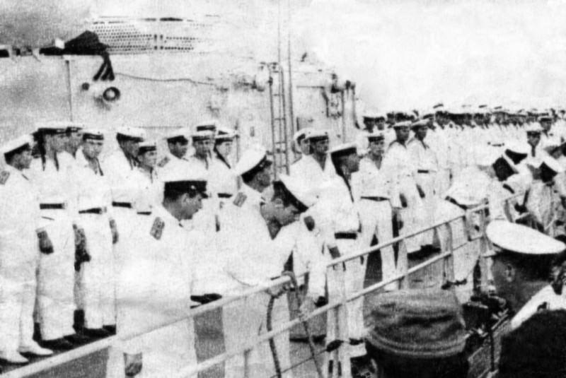 1969-07-20. В центре замполит крейсера «Грозный» кап.лей Зайцев