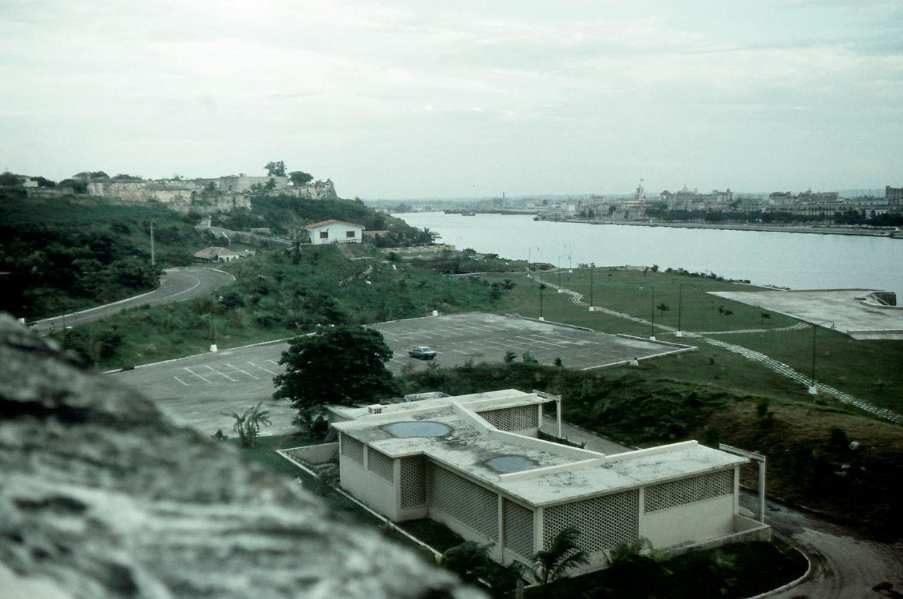 1989. Ноябрь. Крепость Эль-Морро. Фото 03. Вид от крепости в сторону порта.