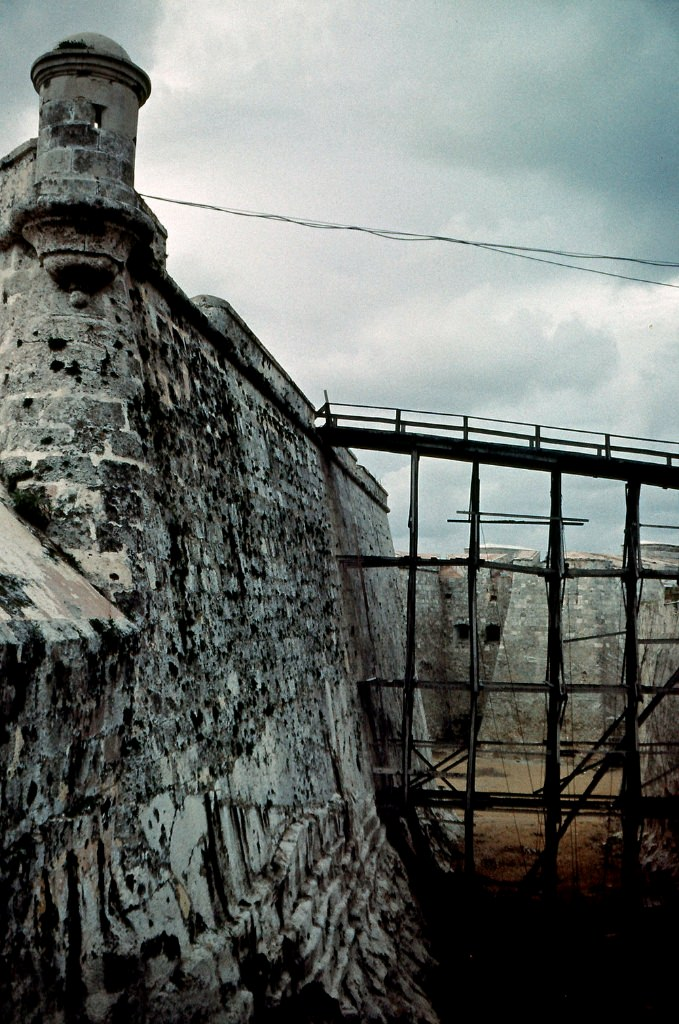 1989. Ноябрь. Крепость Эль-Морро. Фото 04. Проход в крепость, мостик для строителей (1989 г. - крепость на реконструкции).