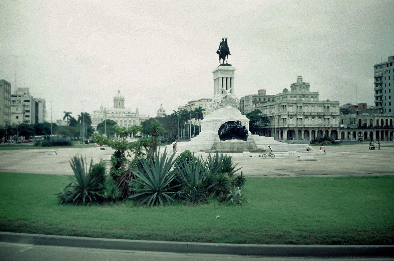 1989. Ноябрь-декабрь. Фото 01. Памятник Максимо Гомесу