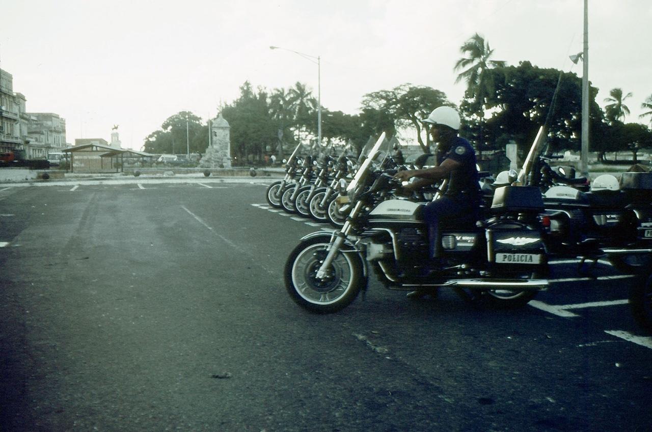 1989. Ноябрь-декабрь. Фото 03. Полицейский-мотоциклист выезжает со стоянки.