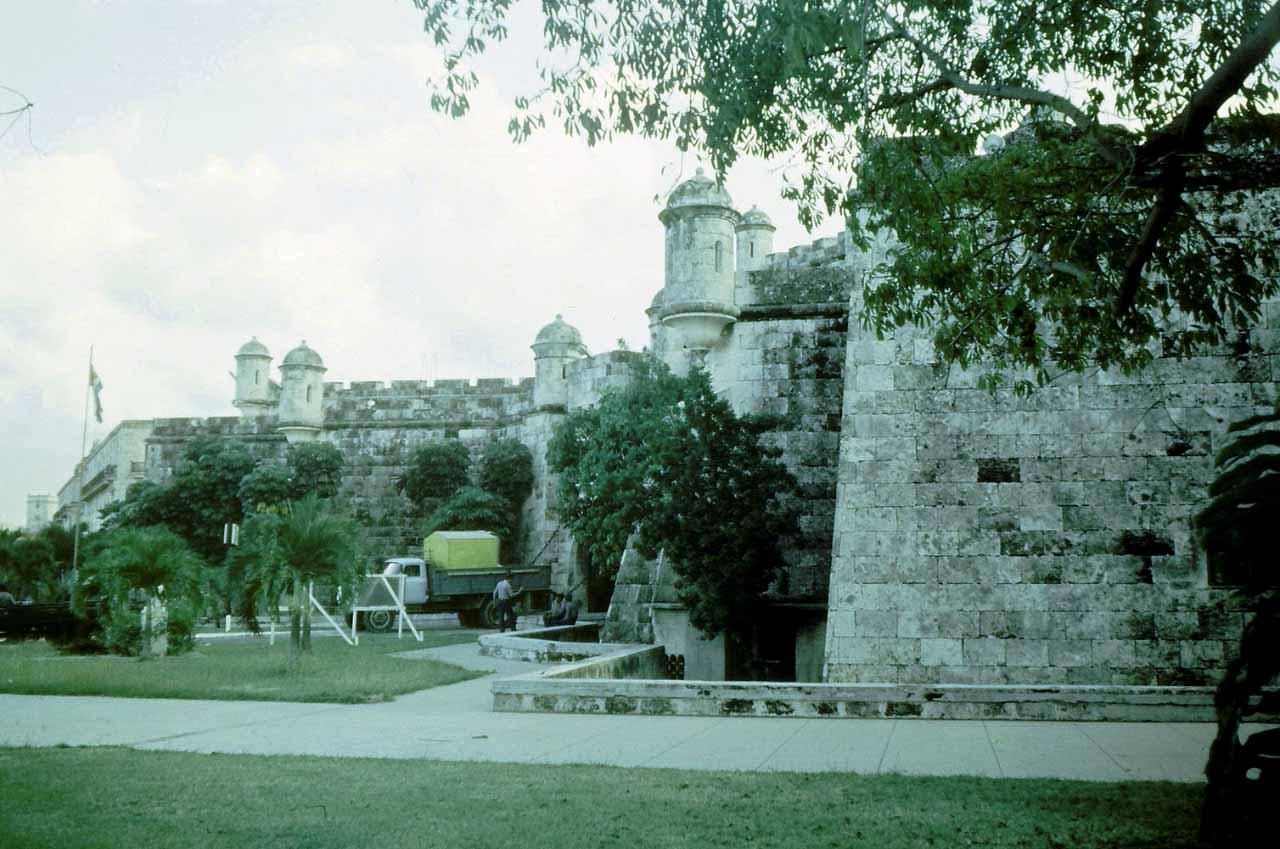 1989. Ноябрь-декабрь. Фото 04. Полицейское управление в старинном замке (один квартал от крепости Real Fuerza в сторону моря).