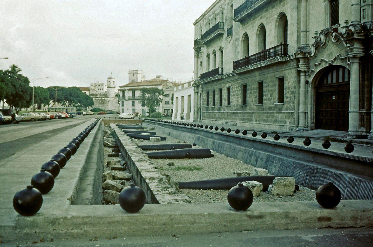 1989. Ноябрь-декабрь. Фото 08. Старинные пушки на земле-2