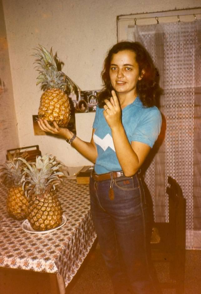 1982-1984. Инна Леонова. С ананасами. Снимок в квартире.