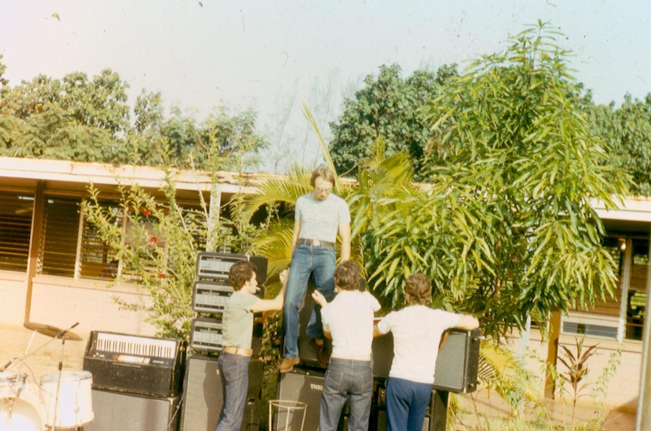 1982-1984. Группа «Ралли». Фото 02. Группа «Ралли» готовится к концерту - разворачивает аппаратуру.