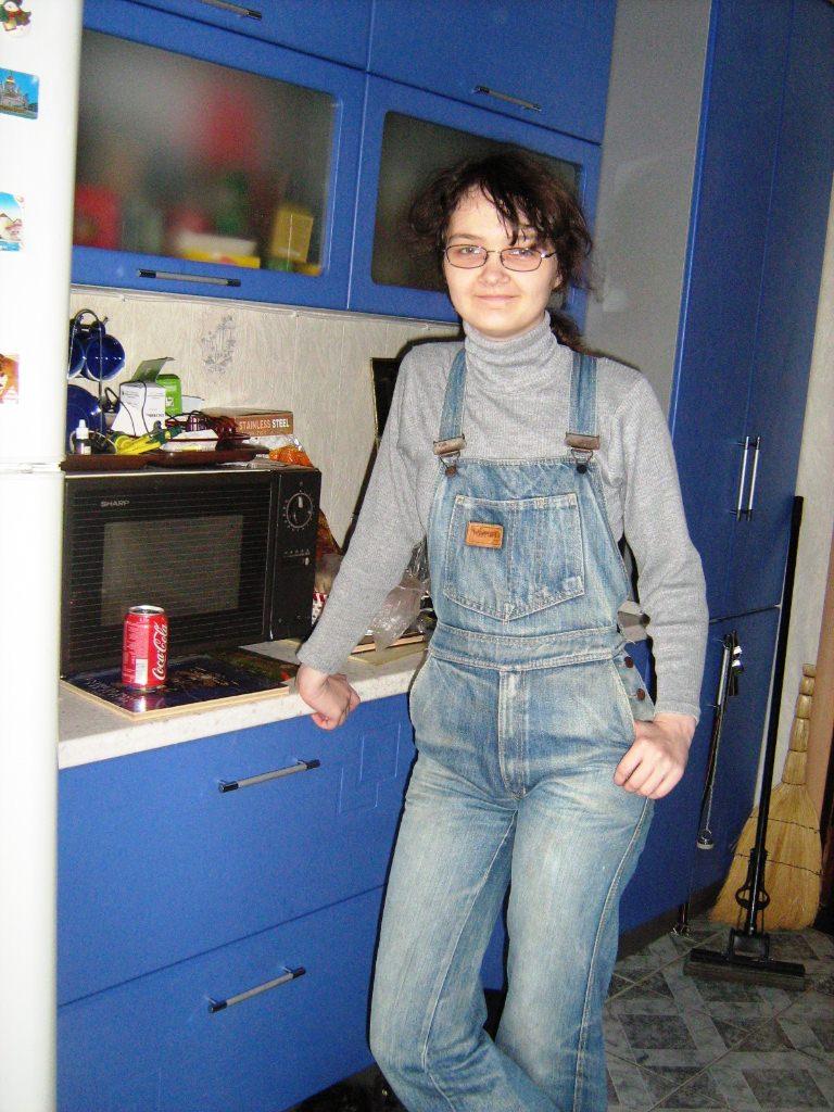 Тиша Леонова в джинсовом комбинезоне, купленном на Кубе. Наши дни, 30 лет спустя