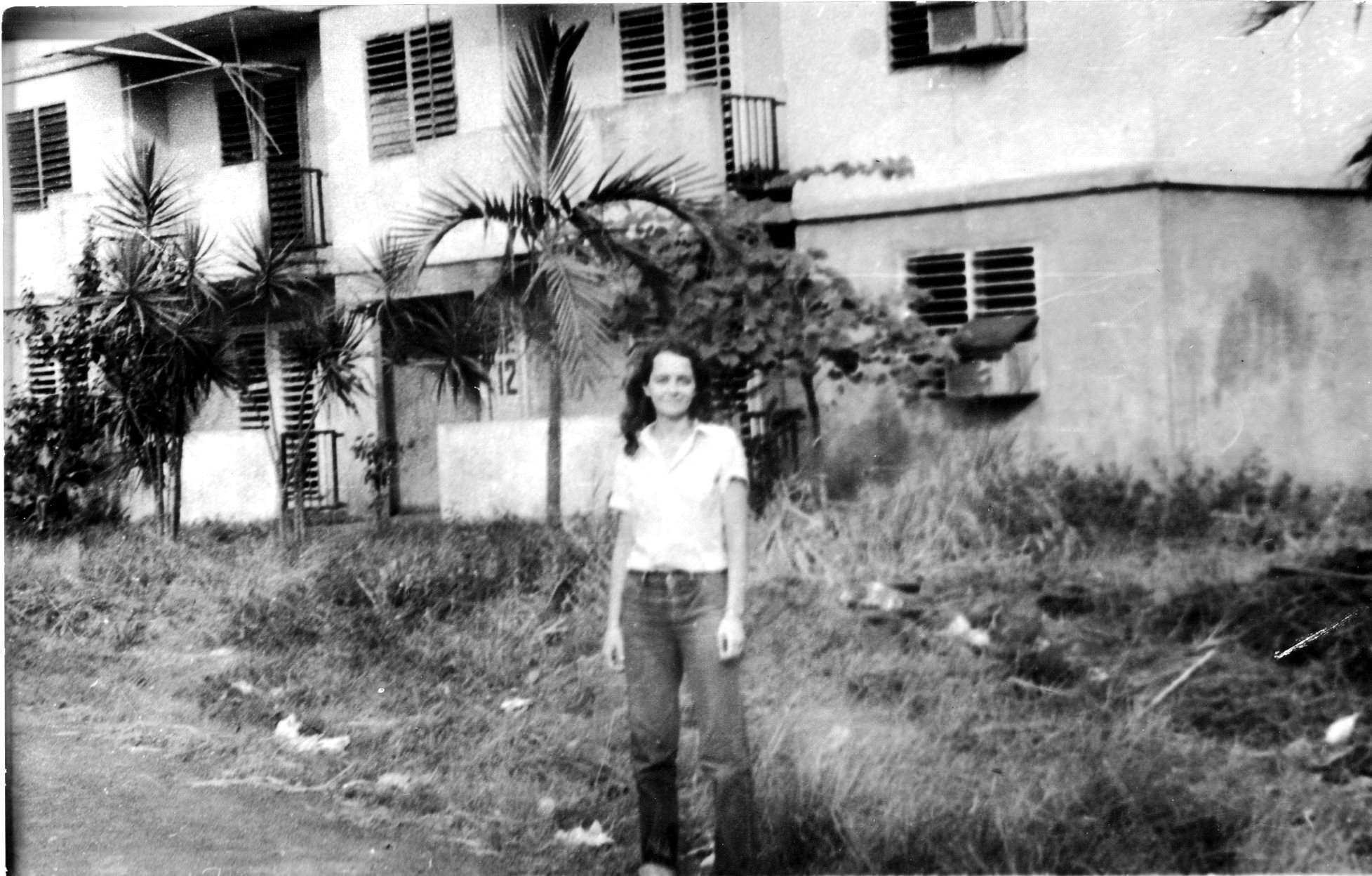 1982-1984. Инна Леонова на фоне ее дома.