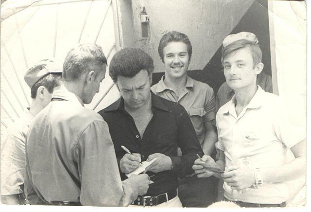 1978. Иосиф Кобзон дает автограф
