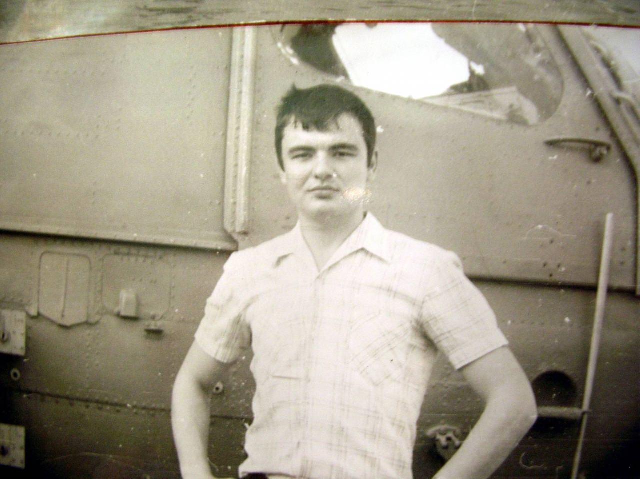 Лето 1984. Лакин Олег на фоне вертолета с противолодочного крейсера (ПКР) [вертолетоносца] «Ленинград»