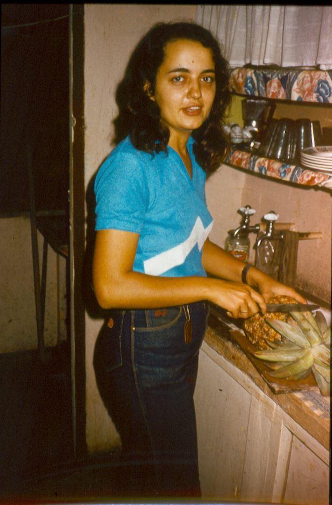 1982-1984. Леонова (Мирошникова) Инна дома, на кухне. Судьба ананаса предрешена!