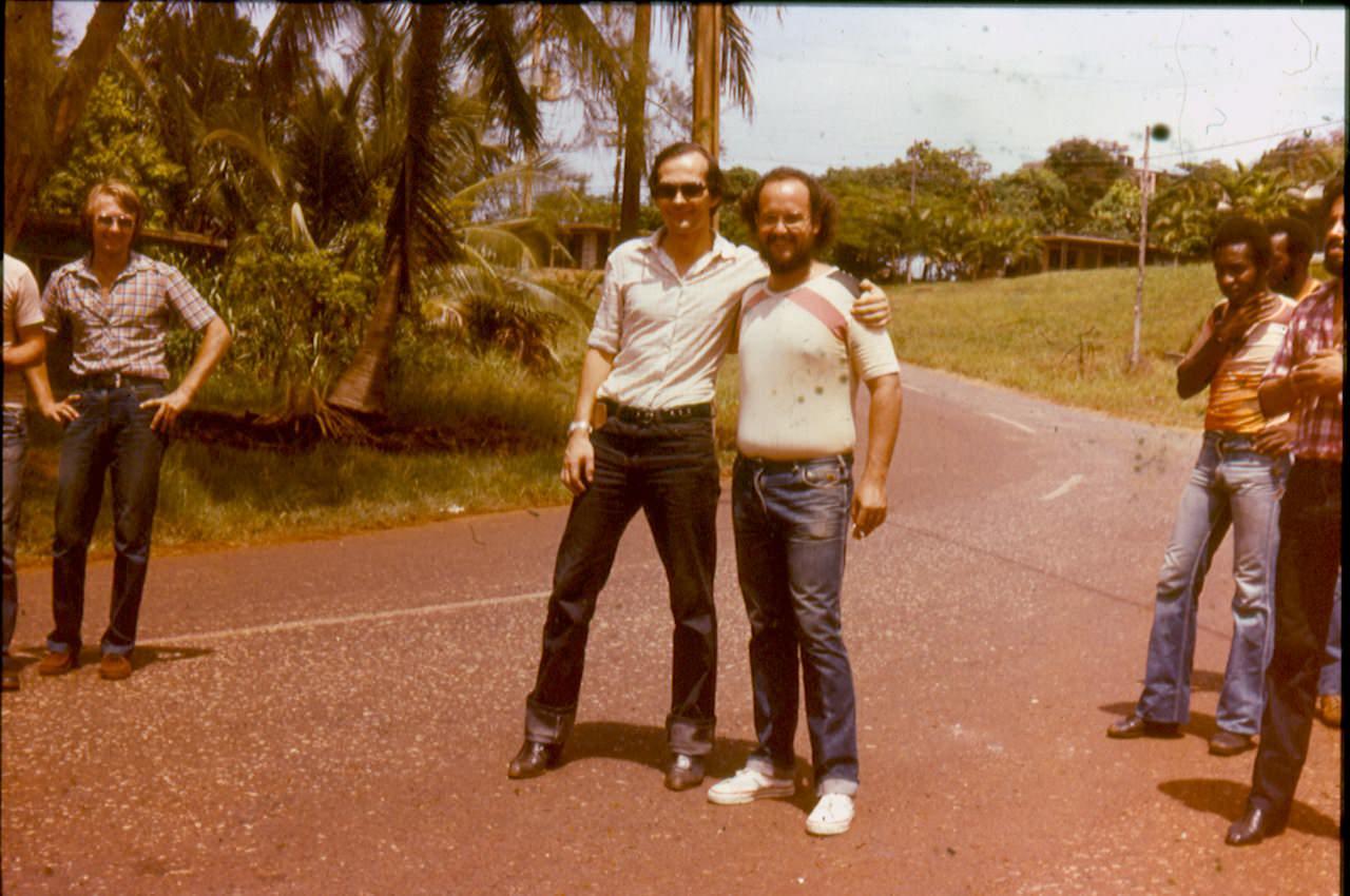 1982-1984. Группа «Ралли». Фото 04. Слева - А.Леонов (группа «Ралли») , справа - участник кубинской группы «Los Dan». Слева в стороне виден В.Житников.