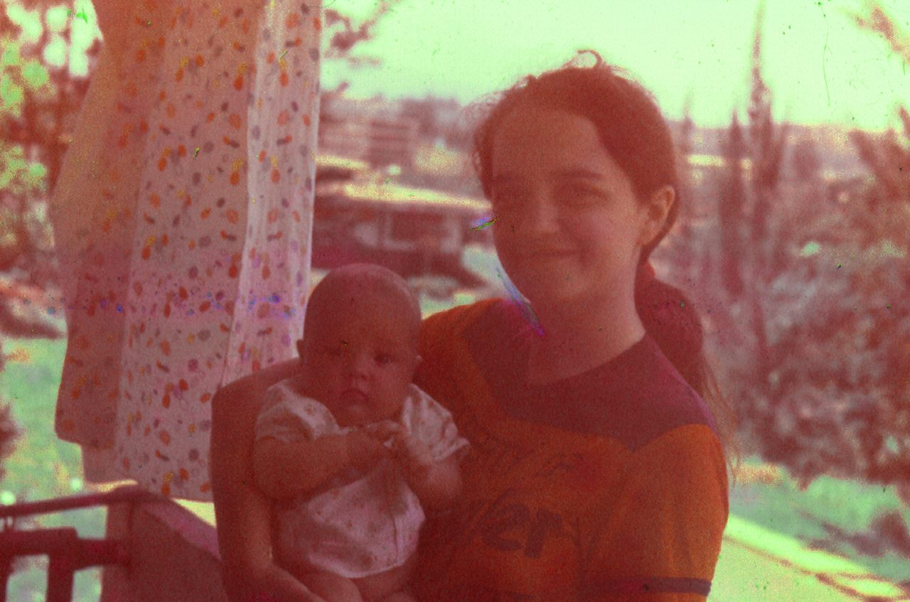 1987. Инна и ее дочь Кристина на балконе своей квартиры