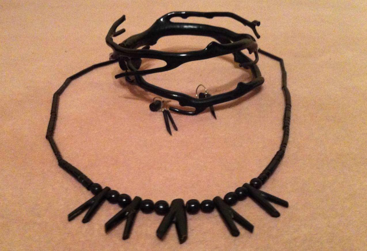 Черный коралл: бусы, браслет на руку и сережки.
