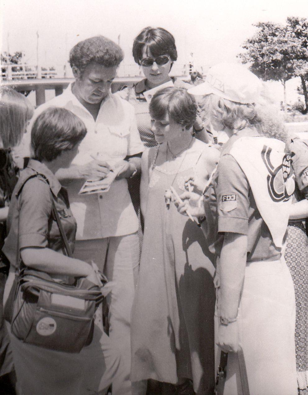 1978. Иосиф Кобзон и Ирина Понаровская дают автографы.