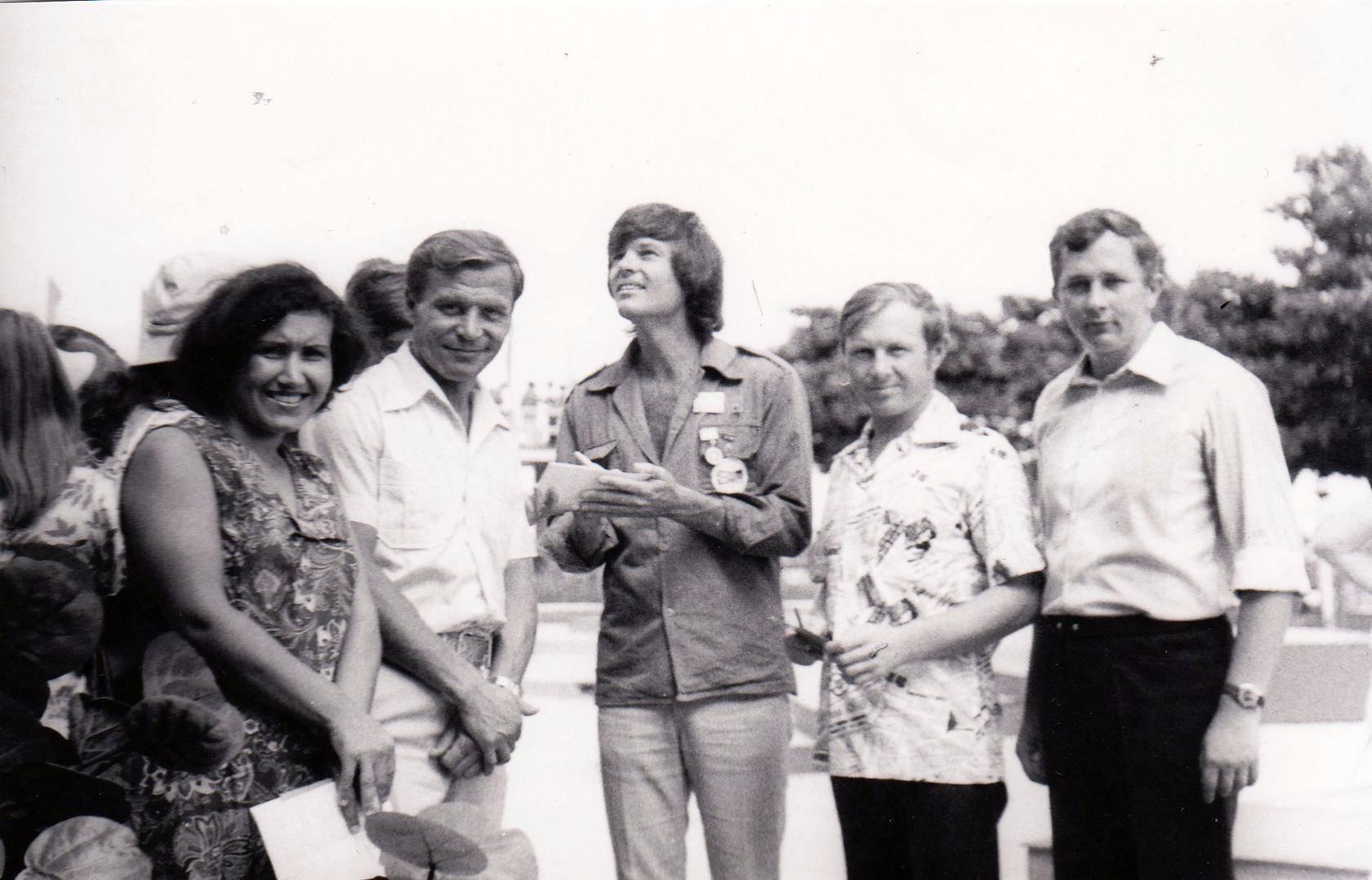 1978. Дин Рид раздает автографы, 2 снимок