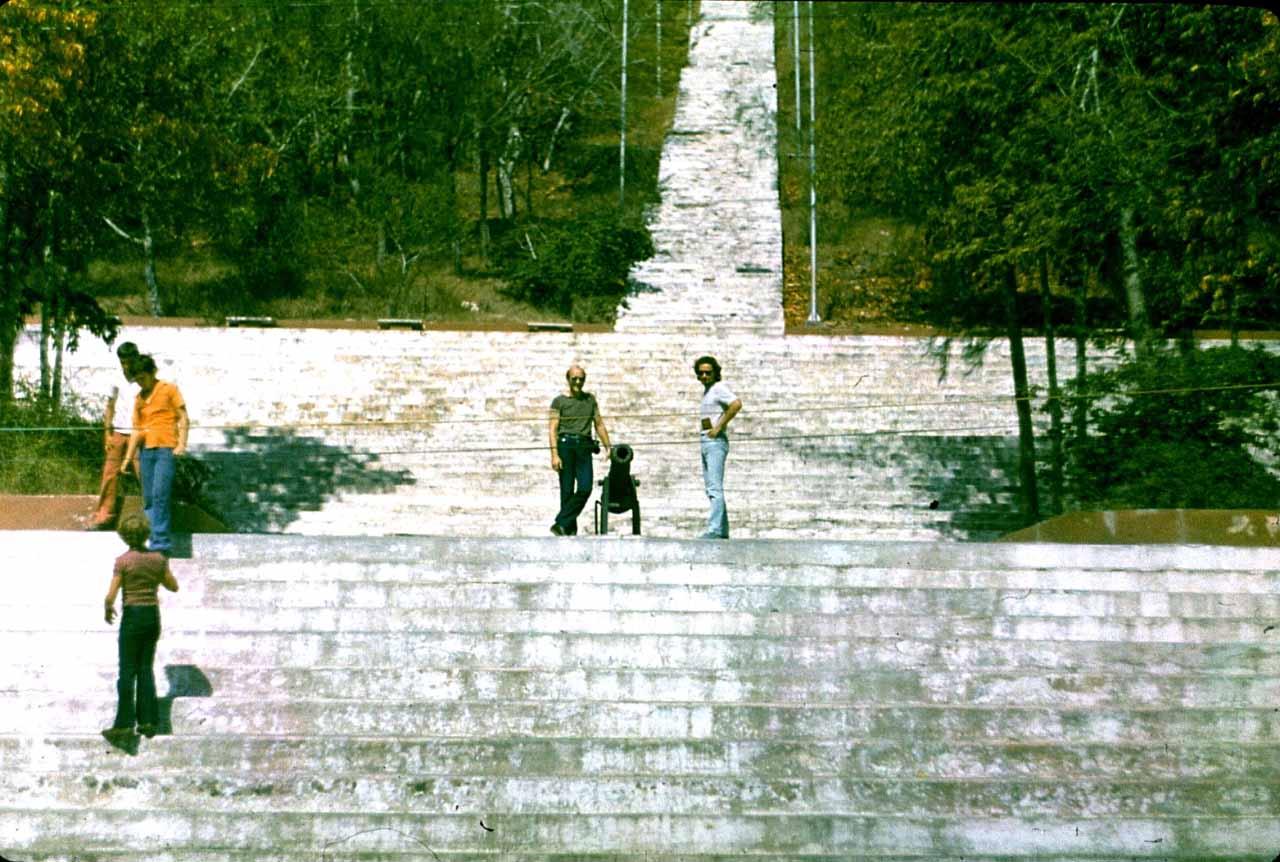 Ольгин. 1983-1985. У подножия лестницы на обзорную площадку La Loma De La Cruz.