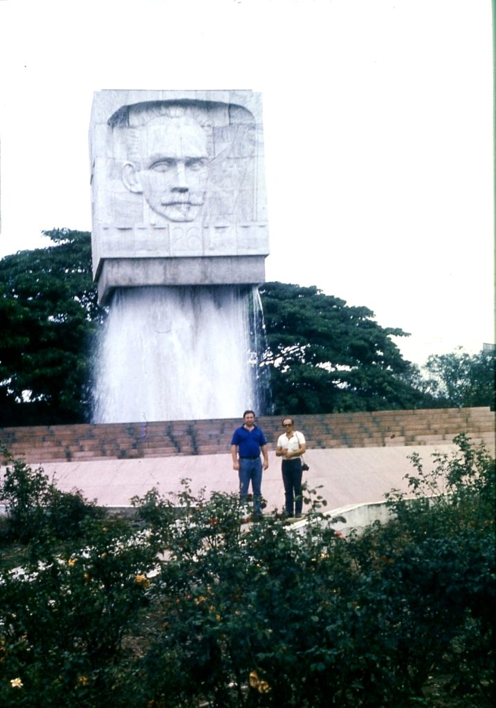 Сантьяго-де-Куба. 1983-1985. Слава Лужин и Стас Гужва у памятника.