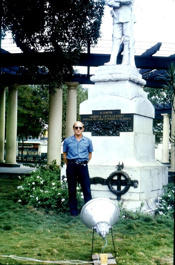 Ольгин. 1983-1985. Шепелев у памятника какому-то мореходу.