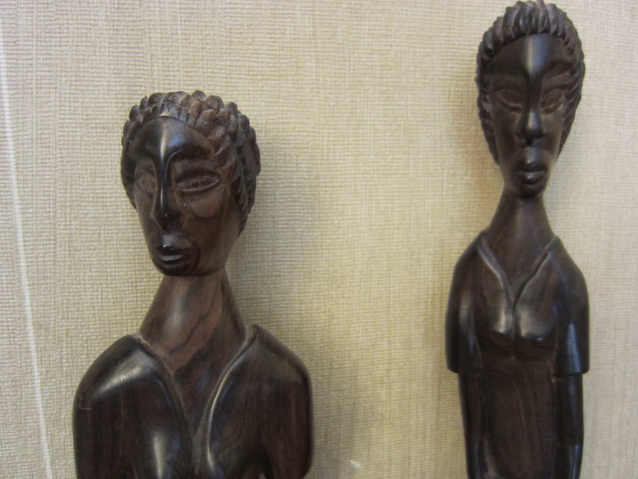 Женские статуэтки из дерева, крупным планом