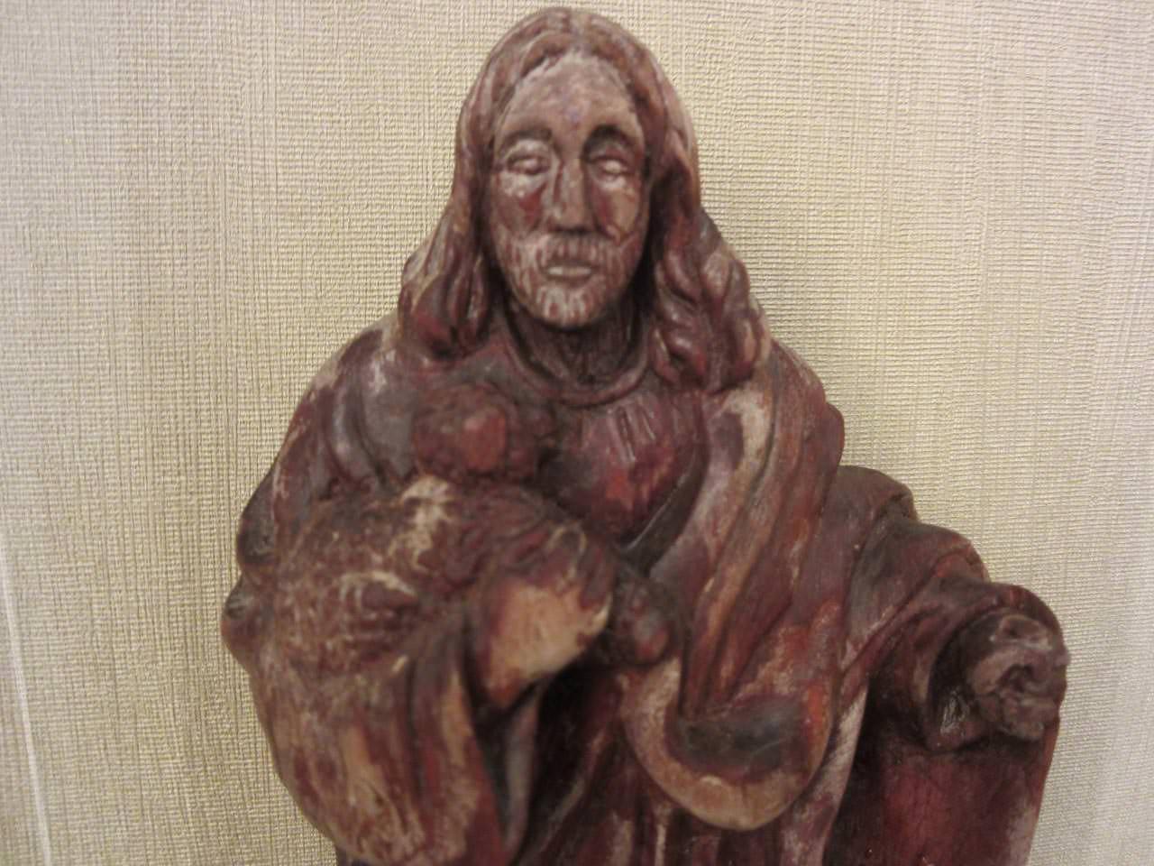 Статуэтка из дерева на мраморной подставке, крупным планом