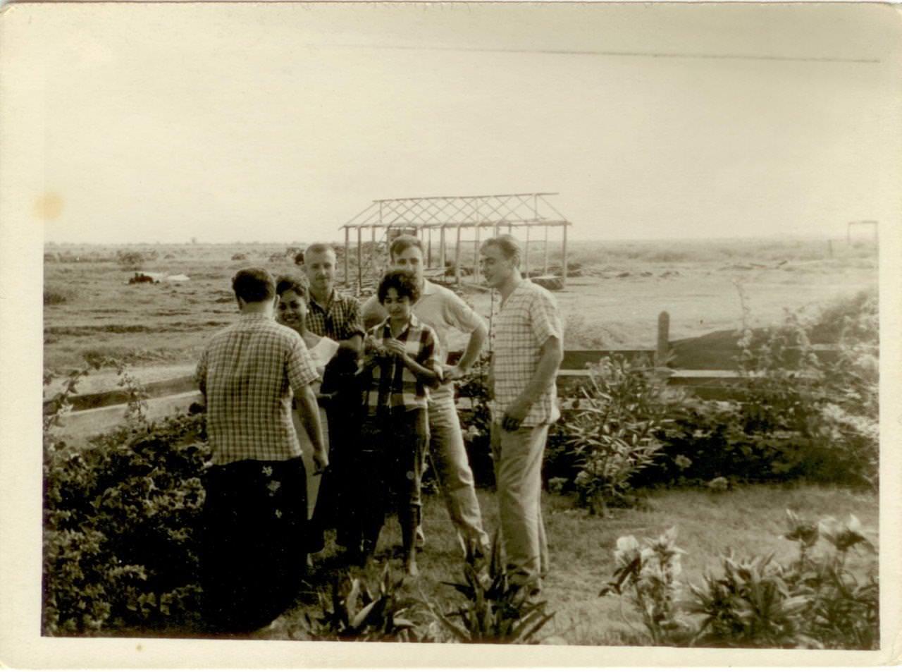 05. Советские специалисты с кубинскими девушками в поле. Республика Куба, г. Гавана. 1961 г.