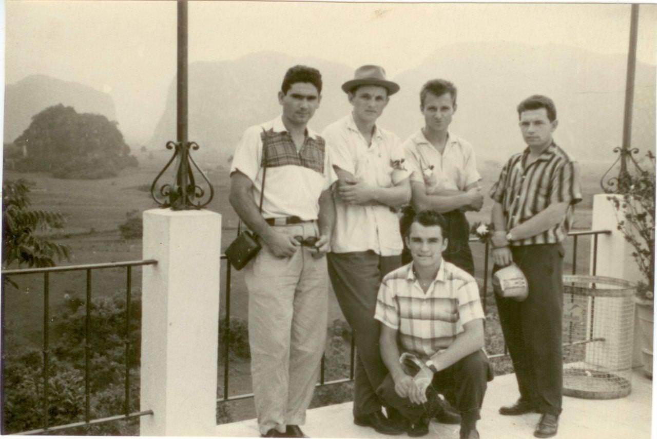 08. Попов Геннадий Александрович (1-й слева), Половинкин Рудольф (2-й справа) и Пушкин Юрий (1-й справа) с коллегами на экскурсии. Республика Куба, г. Гавана. 1961 г.