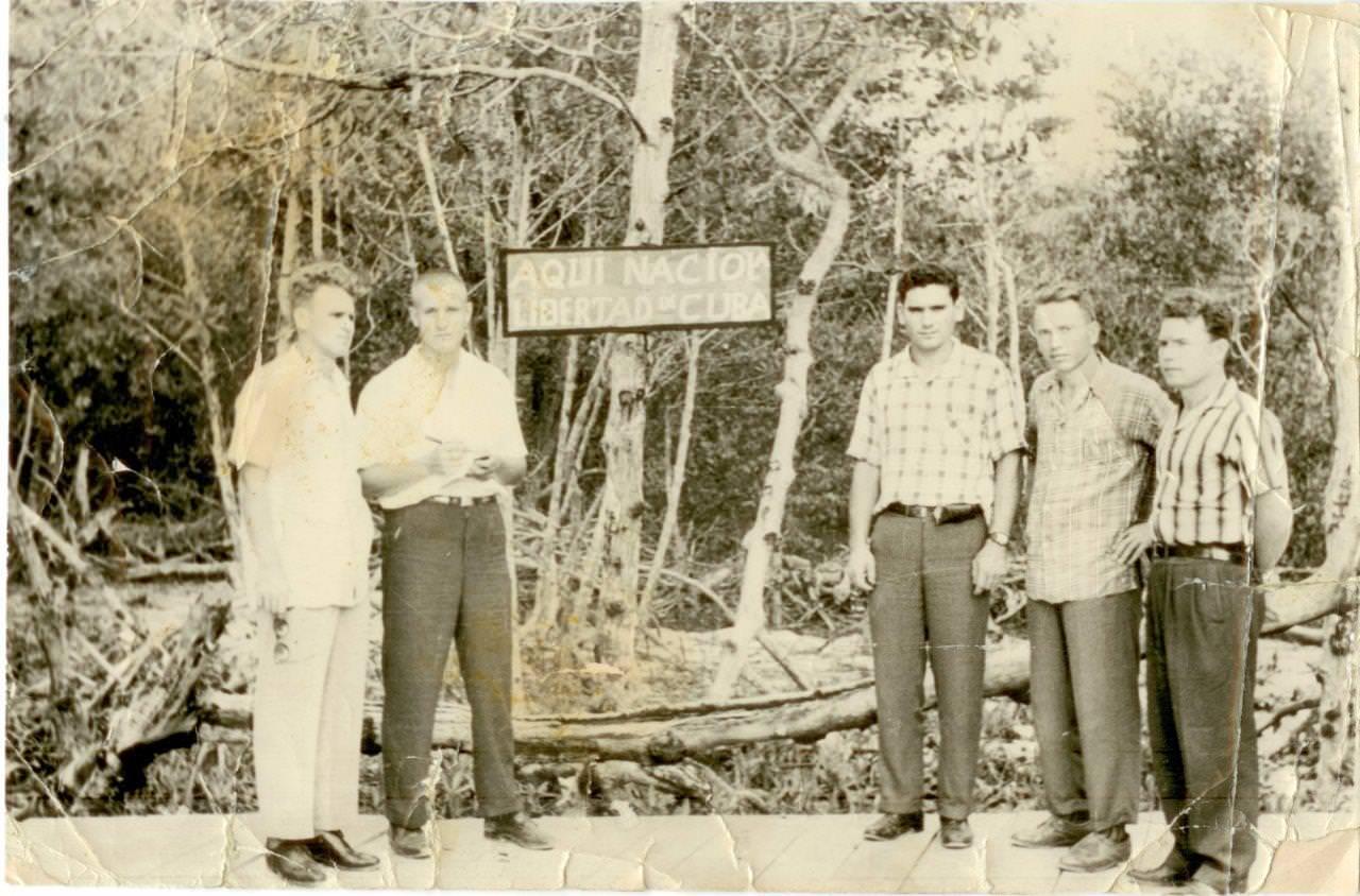 42. Попов Геннадий Александрович (3-й справа), Сероносов Константин (1-й слева), Половинкин Рудольф (2-й слева), Шарапов Виктор (2-й справа), Пушкин Юрий на месте высадки кубинских повстанцев 2 декабря 1956 г.