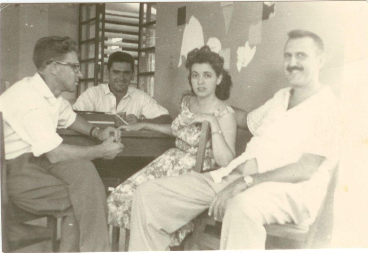45. Попов Геннадий Александрович (2-й слева), Сероносов Константин (1-й слева) с доктором Хуаном Лапласе и его женой Эстер. Республика Куба. 1961 г.